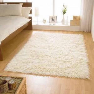 небольшой ковер с длинным ворсом белый для спальни, фото в интерьере