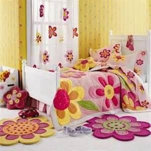 детские яркие небольшие ковры в виде цветков, фото в интерьере детской комнаты