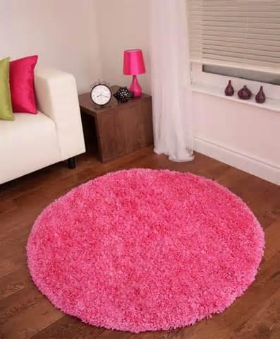 небольшой круглый ковер розовый с длинным ворсом, фото в интерьере комнаты