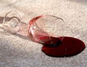 бокал и разлитое вино на белом ковре, фото