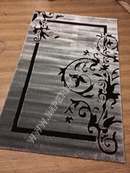 серый ковер ворсистый, рельефный, с узорами по углам